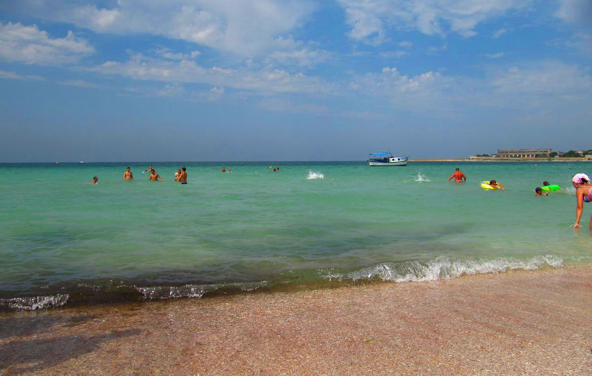 Пляж в Черномоском - уют и комфорт