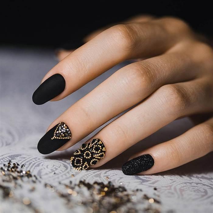 Черные матовые ногти со стразами и блестками