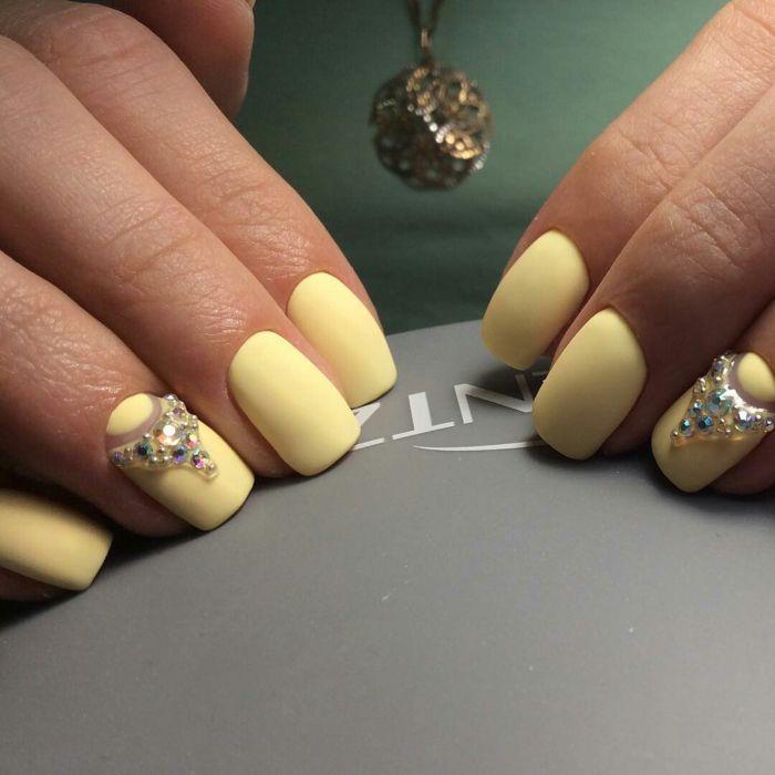 Желтые матовые ногти